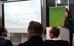 Die Grüne Bundestagsabgeordnete Redet auf einer Veranstaltung zu Photovoltaik