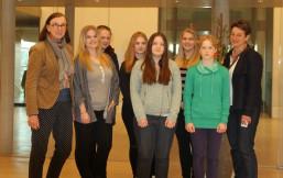 Mädchen beim Girls Day vorm Plenarsaal