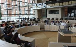 Schüler und Schülerinnen simulieren eine Landtagssitzung im Plenarsaal