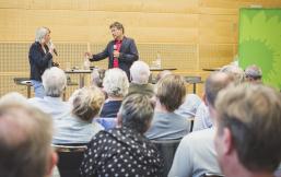 Marret Bohn und Robert Habeck auf dem Podium